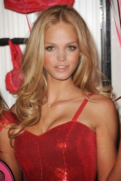 Erin Heatherton golden blonde hair would like to give that color a try