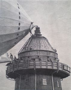 Passengers entrance to the airship/zeppelin when was moored to the Cardington, England mast, Steampunk Airship, Dieselpunk, Zeppelin, Old Pictures, Old Photos, Image Avion, Empire State Building, Cool Stuff, Docking Station