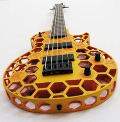 Olaf Diegel氏は、デザインエンジニアであり、ニュージーランドのオークランドにあるマッセー大学の電子機械工学教授でもある。Diegel氏は、豪華で手の込んだギターを3Dプリントで制作している。写真は、3500ドルのLes Paul型「Hive B」ベースギター。よく見ると内部には蜂がいる。