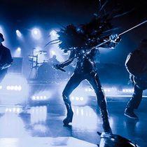 Skunk Anansie : Die britische Alternative Rock Band Skunk Anansie aus London wurde vor allem durch ihre hochpolitischen Texte Mitte der 90er Jahre berühmt und berüchtigt. Die Texte kritisieren Rassismus und Wohlstandsdenken und betonen die Vielfalt möglicher Lebensformen. 1994 wurde die Band von der Frontsängerin Deborah Anne Dyer Skin zusammen mit Martin Ivor Kent Ace Gitarre und Richard Keith Lewis Cass Bass gegründet. 2001 löste sich die Band mit der Begründung auf, genug erreicht zu…