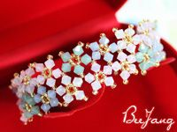 Seed bead jewelry Detailed tutorial for pastel crystal bracelet. Good pictures but translate.~ Seed Bead Tutorials Discovred by : Linda Linebaugh Beaded Bracelets Tutorial, Beaded Bracelet Patterns, Jewelry Patterns, Diy Bracelet, Flower Bracelet, Beading Patterns, Seed Bead Jewelry, Beaded Jewelry, Handmade Jewelry