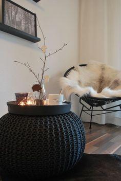 Prachtige poef, heerlijke stoel met warm kleed, chocomel met slagroom, laat die winter maar komen!: