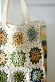 24 Ideas For Crochet Granny Square Bag Colour Mode Crochet, Crochet Tote, Crochet Handbags, Crochet Purses, Crochet Crafts, Crochet Projects, Knit Crochet, Crochet Cushions, Crochet Pillow