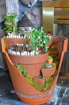Manualidades Recicladas: Casas de fantasía para el jardín reciclando macetas rotas