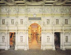 Palladio, Théâtre de Vicence 1585 : Premier grand tournant de la scénographie du théâtre occidental se situe à la Renaissance : l'avènement de la salle et de la scène à l'italienne. Pourtant son organisation scénique ne répond pas plus que les mansions aux nécessités totales d'unité et maintient des décors multiples ou juxtaposés. décors en pers. (toiles peintes, éléments construits) perspective s'organise à partir du point idéal lignes de fuite, en fonction de la place occupée par…