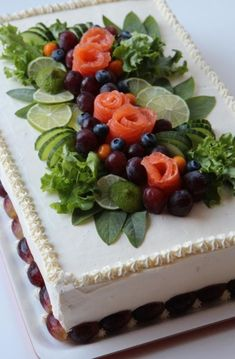 nice styling of a savoury sandwich 'cake' Sandwich Torte, Salad Cake, Party Sandwiches, Food Carving, Food Garnishes, Food Decoration, Food Platters, Savoury Cake, Food Presentation