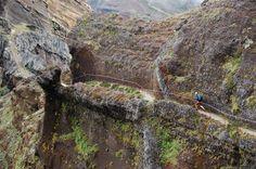 Madeira: turismo deportivo, solidaridad y naturaleza - por Robin Jú 24.04.2014 | Madeira, un paraíso para el turismo deportivo. Como ya he dicho el último destino en el que corrido/visitado ha sido la maravillosa isla de Madeira. Paraíso natural excepcional y meca del trekking (caminar, vamos). La carrera en cuestión se llama Madeira Island Ultra Trail (MIUT): 85km con 4.100m D+ de pura montaña y atraviesa por completo la isla de oeste a este.
