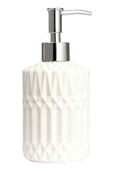 Dispensador de jabón: Dispensador de jabón en cerámica en relieve con dosificador de plástico en la parte superior. Medidas 8x12 cm.