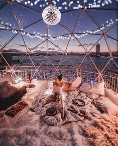 10 Loved Up Locations To Visit On A Valentine's Day Date Valentine's Day is the perfect time to plan a romantic date for your special someone. These 10 locations will make the perfect valentine's day date. Sleepover Room, Fun Sleepover Ideas, Dream Dates, Cute Date Ideas, Sleeping Under The Stars, Cute Room Decor, Cozy Room, Beautiful Places To Travel, Romantic Travel