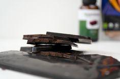 Ik maak al jaren zelf chocolade. In mijn uitgebreide artikel kun je lezen hoe je dit op verschillende manieren kunt doen, en waarom het ook echt veel gezon