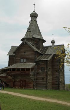 The Church of the Nativity of Our Lady was built in 1531. It was brought to the open-air museum Vitroslavlitsy from the village of Peredki, Borovichsky Rayon.