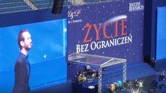 Nick Vujicic to człowiek, który swoimi wystąpieniami inspiruje ludzi na całym świecie. 30 kwietnia, 2015 roku był w Polsce i część jego wystąpienia można zobaczyć tutaj: http://buildingabrandonline.com/MichalKidzinski/nick-vujicic-w-polsce-30-kwietnia-2015r-zycie-bez-ograniczen/
