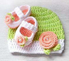 turuncu çiçek motifli tığ işi bebek patik ve beresi