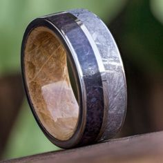 Two eye-catching rarities are inlaid in this meteorite ring. Dinosaur bone and Gibeon Meteorite are displaying their exquisite patterns on the outer...