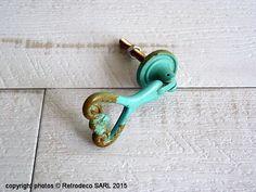 Relookez vos meubles ou placards de cuisine par exemple avec cette poignée de porte articulée en métal patiné bleu vert.