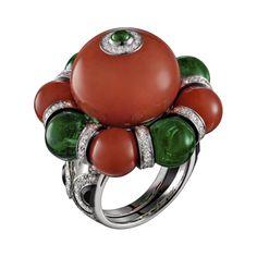 Bague Haute Joaillerie Bague Flamboyant - platine, une boule corail de 30,19 carats, quatre boules corail pour 13,47 carats, quatre boules émeraude de Zambie pour 14,28 carats, émeraude taille cabochon, onyx, laque noire, diamants taille brillant.