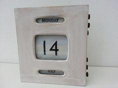 Houten dagkalender, eeuwigdurend. Kun je verstellen middels knopjes aan de rechterzijde. Aan achterzijde ook een wandbevestiging.   Afm. 19 cm x 21,5 x 4,5 cm      € 8,00  www.facebook.com/stoeruhzaken.nl