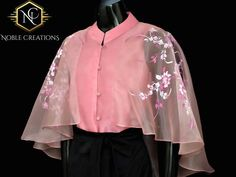 Blouse Courtesy Designer Blouse Ideas DM for Credits or Removal 😃 Tag your picture to get featured on our page Modern Blouse Designs, Stylish Blouse Design, Fancy Blouse Designs, Blouse Neck Designs, Design For Blouse, Cape Designs, Modern Filipiniana Dress, Sari Design, Sleeves Designs For Dresses