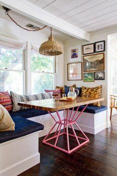 bonito rincon, con tela vaquera para los asientos y original pie de mesa