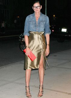Look Jenna Lyons com saia metálica e camisa jeans.
