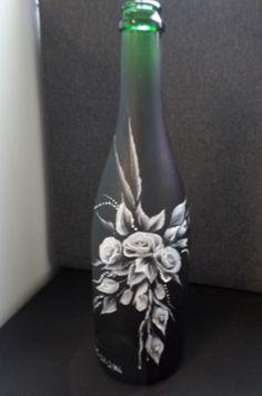 Deze champagnefles, welke wij op onze 7de trouwdag hebben leeggedronken, beschilderd met zwart en witte acrylverf. Leuk als herinnering.