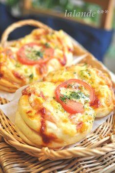 どこ食べても美味しい成形です♪ しともち生地にハム2枚巻き込んだ、 チーズとろける具沢山の ふ~んわり惣菜パンです。