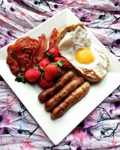 It's breakfast time!! Some good ol' bacon and eggs with strawberries and duck sausages (which are absolutely yummy)!) 😍🤤 ° ° ° ° ° °…