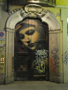 La Madonna: airbrushing on Corso di Porta Ticinese in Milan