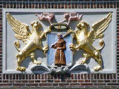 Een gevelsteen met het wapen van Monnickendam op De Waegh, Middenlaan 7. Dit wapen met twee griffioenen als schildhouders en een monnik op het schild die een roeispaan draagt werd ingevoerd in 1409. In 1991 werd Monnickendam onderdeel van de nieuw gevormde gemeente Waterland. (Ref: www.gevelstenen.net)