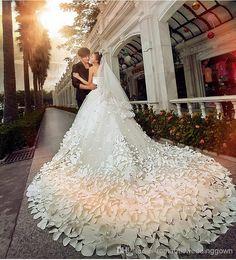 Amamos este vestido com flores e cauda longa, modelo que com certeza vai chamar a atenção na entrada do altar e trazer mais glamour ao Grande Dia! :) #weddingdress #wedding #casamento