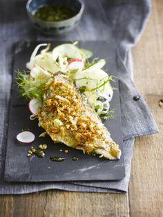 Bereiden: Verwarm de oven voor op 180 graden. Maak eerst de oosterse salade. Snij de venkel, komkommer en radijs in flinterdunne plakjes. Meng alle vloeibare ingrediënten voor de dressing en meng deze onder de fijngesneden groenten. Voeg er de sojascheuten, fijngehakte koriander en sesamzaadjes aan toe en meng goed. Bereid de vis.
