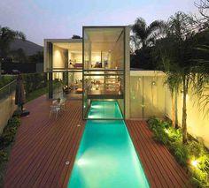 Uma piscina semi coberta da um charme especial no interior da casa e também a possibilidade de poder utilizar tanto nos dias de chuva além dos dias de sol e calor!