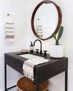 Que belezinha de banheiro Esse espelho é simplesmente perfeito! Parece que…