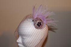 broche realizado con hilo metálico, plumas y velo
