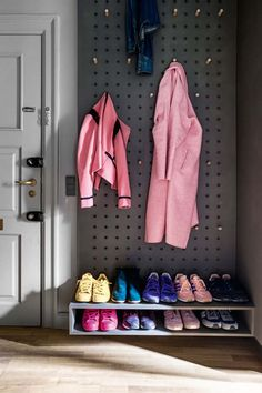 Apartment living has never looked so chic! Step inside this colourful city apartment and discover how this large family makes it work Small Apartment Storage, Small Apartment Bedrooms, Tiny Apartments, Apartment Interior, Apartment Design, Apartment Living, Coridor Design, Design Ideas, Small Entryways