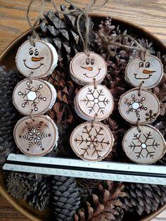 L'annonce est pour un empilés bonhomme de neige-chacun sera légèrement différente car chaque disque en bois a ses propres marques et imperfections. Ces bonhommes de neige sont fabriqués en bois de bouleau blanc. Aucuns arbres ne sont endommagés pour faire mes ornements. Je n'utilise que membres tombés ou des arbres. Chaque section du bonhomme de neige est fixée avec une ficelle. Pour finir avec eux chaque ornement obtient une boucle de ficelle, donc vous pouvez l'accrocher. Dimensions…