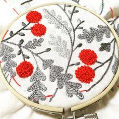 次の刺繍はこれ . 実だけが赤い。 . #刺繍 #ハンドメイド #手芸 #刺繍部 #ボタニカル #がま口 #embroidery #handmaid #sewing #botanical #framepurse