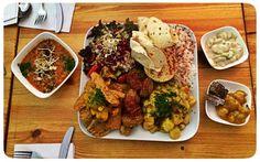Eine Portion Soulfood, bitte! Ja, schon richtig gehört, in Berlin gibt's indisch angehauchtes Essen, das nicht nur lecker schmeckt und ordentlich durchwärmt, sondern auch die Seele nährt. Mitten im schönen Friedrichshein, und zwar im Goura Pakora.