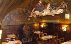1. Goethe'nin Restoranı: Auerbachs Keller-Leipzig  Auerbach's Cellar, Leipzig'in tarihi bölgesi olan Grimmaische Strabe 2'de, pazarın hemen yanındaki alışveriş bölgesinde, Leipzig'in en zarif alışveriş pasajı olan MadlerPassage'da bulunuyor. Bir pasajın zemin katına inen bir merdivenden bu restorana iniliyor.
