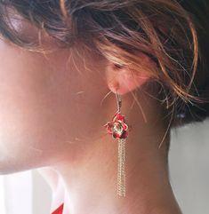 🌹 Červená ruža je jednoznačne symbolom romantickej lásky a vášnivej príťažlivosti. Aj étericky nádherná Afrodita milovala byť obkolesená práve ružami. Nadčasový symbol lásky, krásy, vášne, múdrosti a zmyselnosti, je zhotovený v podobe prekrásneho šperku. 💋💏 K náušniciam bol s láskou zlatníckych rúk vyrobený aj náhrdelník. ❤️🥀 Modeling, Drop Earrings, Jewelry, Fashion, Luxury, Moda, Jewlery, Modeling Photography, Bijoux