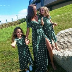 Mother Daughter Fashion, Mother Daughter Matching Outfits, Matching Family Outfits, Mommy And Me Dresses, Mommy And Me Outfits, Couple Outfits, Look Girl, Dress Girl, Dot Dress