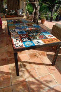 table à diner extérieur structure en métal carré et cornière de 60 x 60 mm finition ferronnerie plateau en carreaux de ciment dimensions 242 x 109 x h 75 cm Possibilité de fabrication sur mesure