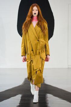 """Man hatte in den letzten Jahren nicht das Gefühl, dass """"Modedesigner"""" ein besonders gesunder Beruf ist. Überhaupt scheint kein Mensch in dieser Branche ganz bei Verstand, was ja auch irgendwie ihren Reiz ausmacht. Aber während die Journalisten nach vier Wochen Modenschauen noch eine Meinun"""