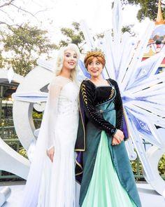 Elsa and Anna From Disney Frozen 2 Frozen Cosplay, Elsa Cosplay, Disney Cosplay, Disney Frozen Elsa, Anna Frozen, Disney Magic, 2 Halloween Costumes, Group Halloween, Disney Costumes