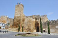 © 2015 Pedro M. Mielgo. Carmona (Sevilla). Alcázar Puerta de Sevilla. La fortaleza fue construida en el lado Oeste, que era el flanco débil de la ciudad. El Alcázar se erige sobre la Puerta de Sevilla, formando así un complejo defensivo prácticamente inexpugnable. Los restos más antiguos documentados del conjunto datan de entre el siglo IX y el VIII a.C., en la Edad del Cobre. Estos restos son un lienzo de muralla en la zona trasera del A...