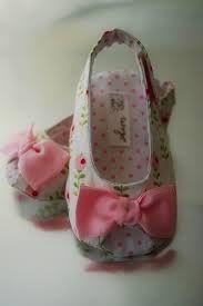 Resultado de imagen para como armar sandalias para bebe de tela Baby Sandals, Baby Booties, Doll Crafts, Baby Crafts, Doll Clothes Patterns, Doll Patterns, Sewing For Kids, Baby Sewing, Baby Annabell