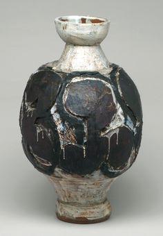 Peter Voulkos, Jar, ca. 1956. Stoneware, height: 56 cm. Museum of Modern Art, New York. © Estate of Peter Voulkos. (MOMA-D0141)