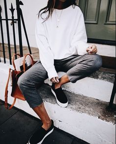 Minimalist style is very popular now, and many people pull off such outfits and decor. Here are some ideas to create a couple of such looks for this fall. Trend Fashion, Fashion Mode, Moda Fashion, Womens Fashion, Style Fashion, Fashion Stores, Fashion Edgy, Fashion Black, Cheap Fashion