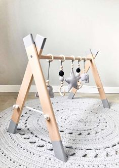 Handgemaakte twin babygym – Best Baby And Baby Toys Twin Baby Gifts, Newborn Baby Gifts, Twin Baby Stuff, Twin Baby Rooms, Baby Nursery Diy, Baby Room Decor, Diy Baby Gym, Wood Baby Gym, Baby Sensory