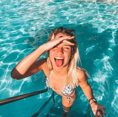 Aaaaa who doesn't love this kind of photo in the POOL at? There are more than 30 ideas for you to be inspired ! Cute Beach Pictures, Insta Pictures, Poses For Pictures, Picture Poses, Lake Pictures, Picture Ideas, Pool Poses, Beach Poses, Story Instagram